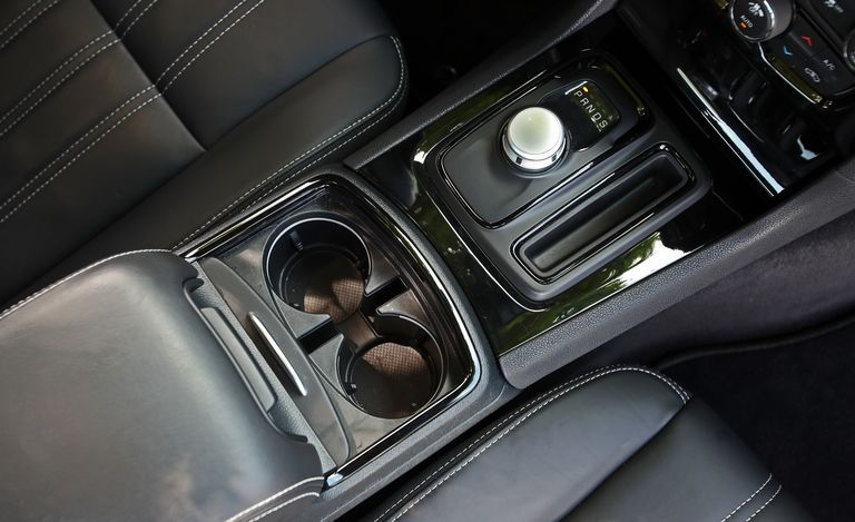 2019 Chrysler 300 cupholder