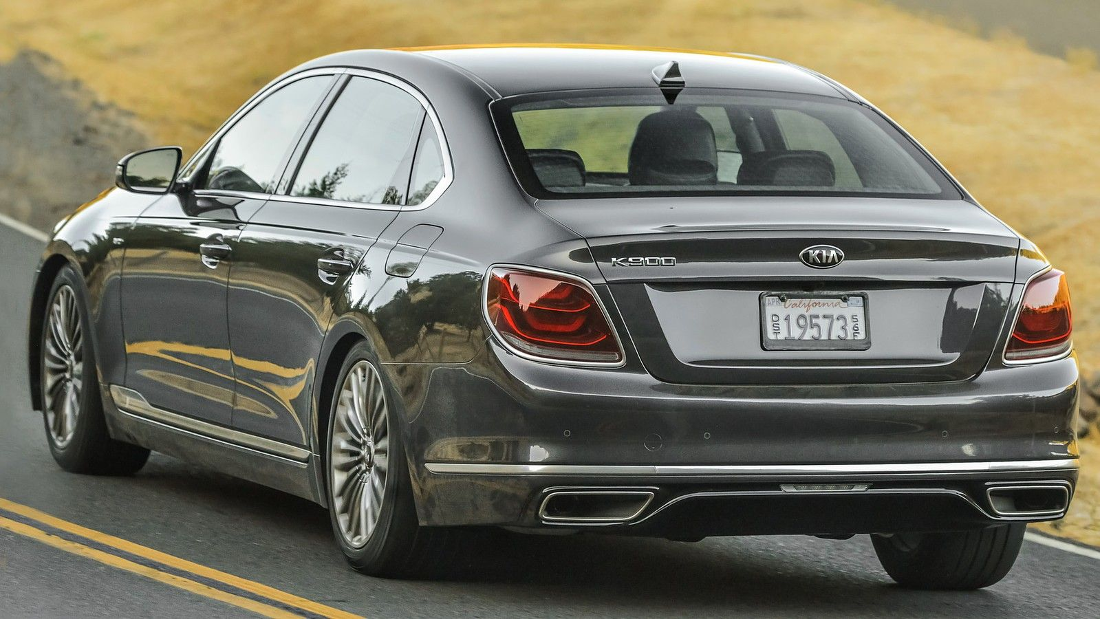2020 Kia K900 rear view