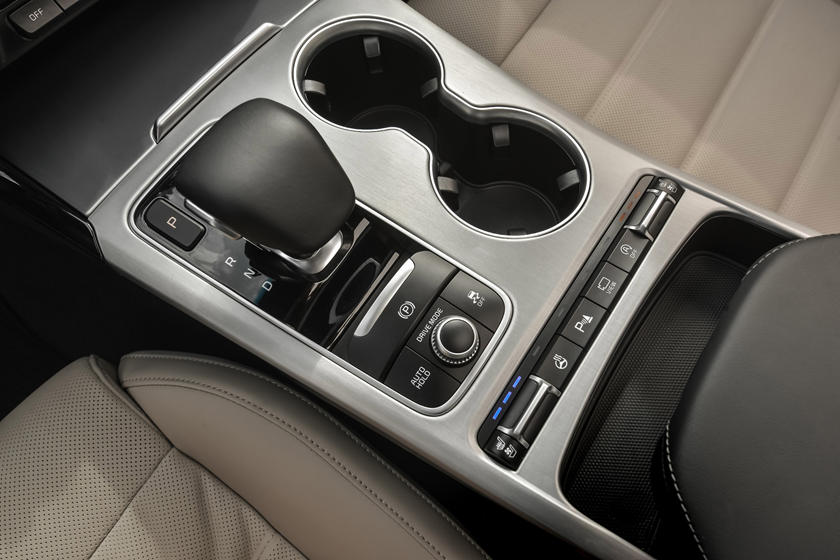 2020 Kia Stinger center console