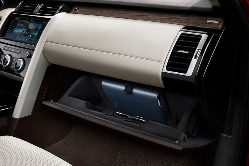 2020 Land Rover Discovery glove compartment