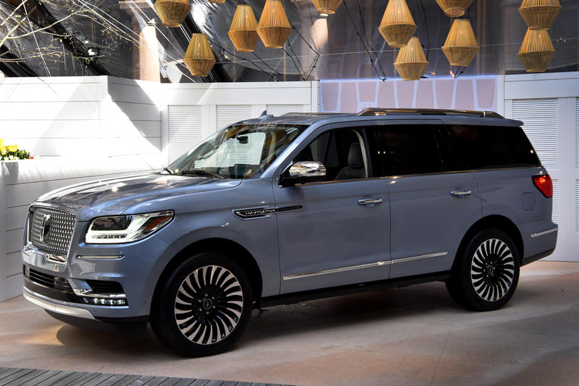 2019 Lincoln Navigator side view