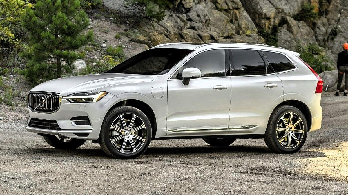 2019 Volvo XC60 Plug-in Hybrid Front Three-quarter View